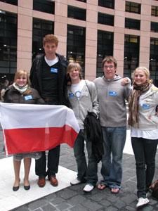 3.Reprezentacja Polski z reprezentacjami Anglii i Szwecji. Najwyższy - holenderski mistrz olimpijski w siatkówce Bas van de Goor
